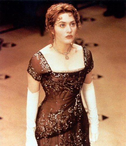 Dans le film Titanic Rose DeWitt Bukater, interprétée par Kate Winslet, porte des robes remarquables. Comme dans la première image du film, où elle apparaît dans une robe blanche très ressemblante à celle d' Audrey Hepburn dans My fair lady.  Mais aussi cette robe brodée, qu'elle porte le soir de la tragédie, nous fait rêver.