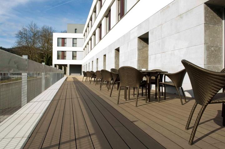 tarima exterior instalada en terraza de restaurant #tarima_exterior_sintética