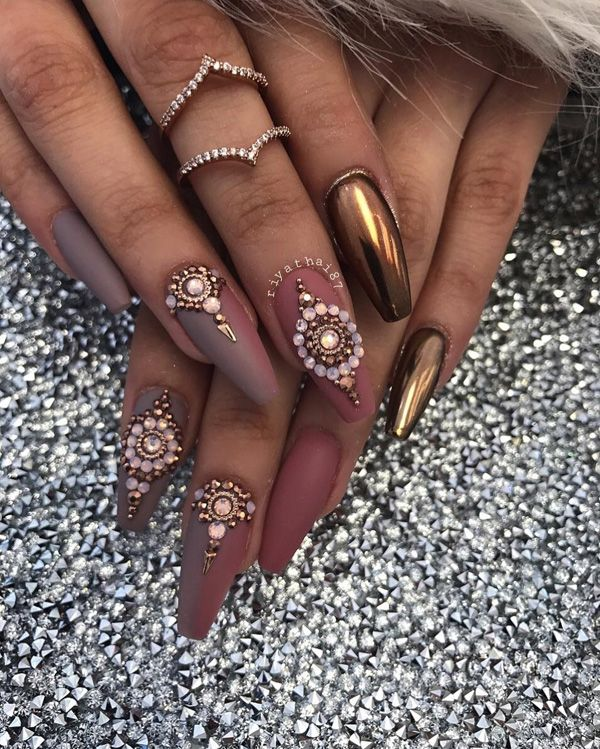 Instead of rhinestones to decorate your nails and make the most sumptuous look use chrome powder on at least one nail of both hands, as is the case here.