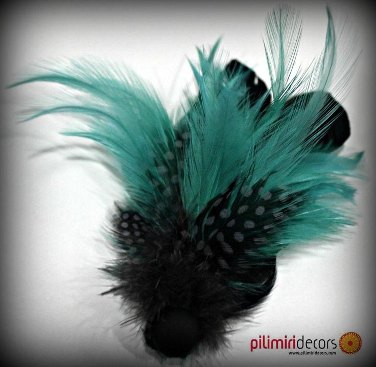 Broche de plumas negras y verdes
