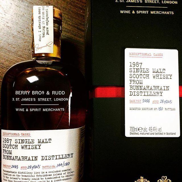 #bunnahabhain #distillery #islay #singlecask #caskstrength #scotch #whisky #singlemalt #whisky_droid #whiskybar #whiskyporn #instawhisky @tudorhouse_pl #ballantinesshop @whiskylivewarsaw  Berry Bros selection, amazing Bunna 1987