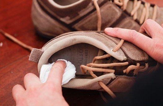 Чтобы избавиться от неприятного запаха в обуви, обильно протрите внутреннюю поверхность ваткой, смоченной перекисью водорода. Дайте обуви просохнуть и проветриться.