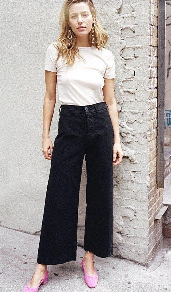Street style look com scarpin rosa, calça pantalona cropped e t-shirt branca.