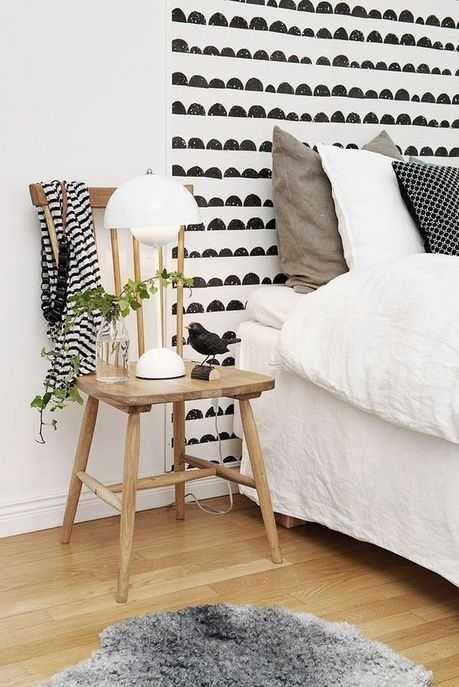 Une tête de lit avec du papier peint