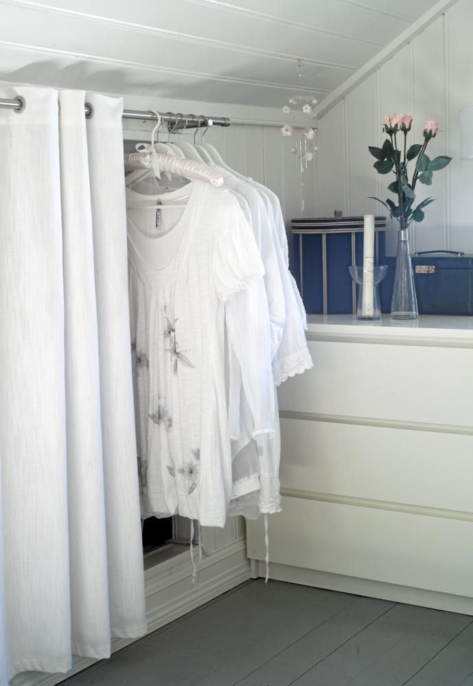 Rommet er gjennomført hvitt slik at enkle detaljer skiller seg mer ...