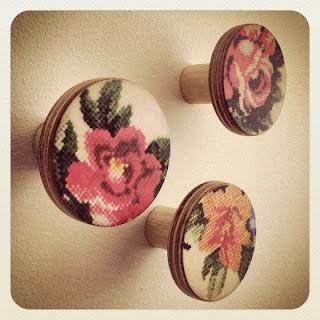 Handgemaakte houten 'flower' hooks op de openhaard, gekocht bij Wikkie.