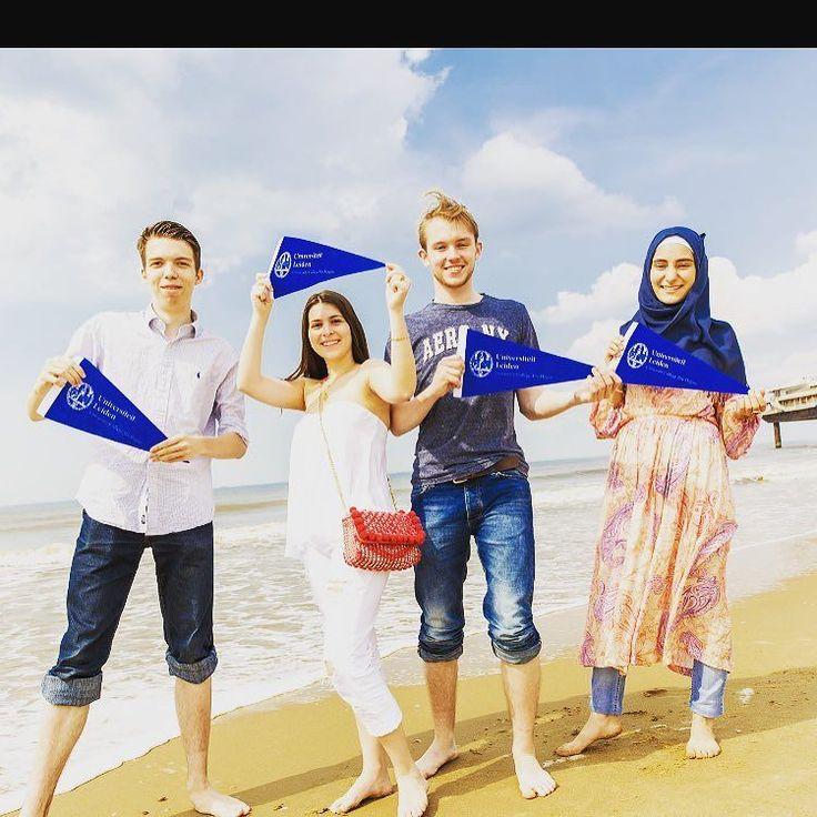 Het is zomer! Studenten van Leiden University College The Hague op het strand in Schevingen. Summertime! Students of Leiden University College The Hague at the beach in Scheveningen (The Hague)  #zomer #summer #beach #Schevingen #universiteitleiden #denhaag #studeren