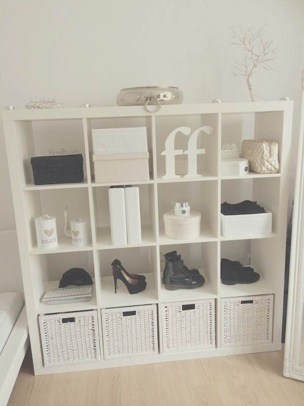 Handig een expedit kast. Bijvoorbeeld uitstallen 4 paar favoriete schoenen voor school.