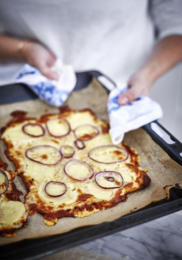 Pizza med Västerbottensost, potatis och löjrom: Ugn på ca 250*. Mixa ihop ägg, 3 dl crème fraîche, 250g Västerbottenost + peppar. Pensla på tunnbröd ut i kanter. Skär tunna skivor rödlök, hyvla potatis i tunna skivor med osthyvel. Strimla potatis, lök och lite mer Västerbotten ost på bröd, på vit-sås. Baka 5-7 min till fått fin färg. Garnera med löjrom/kaviar, hackad salladslök, dill, crème fraîche & lite mer svartpeppar.