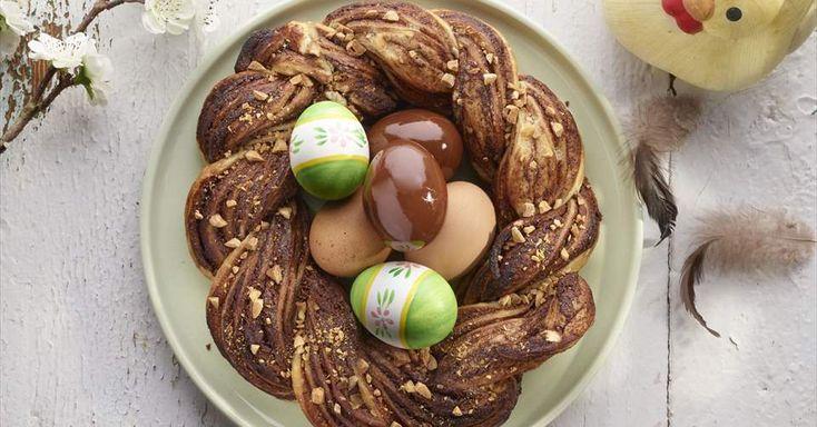Aprende a preparar Nido de Pascua con chocolate y hojaldre  con las recetas de Nestle Cocina. Elabórala en casa con nuestro sencillo paso a paso. ¡Delicioso! #NestleCocina