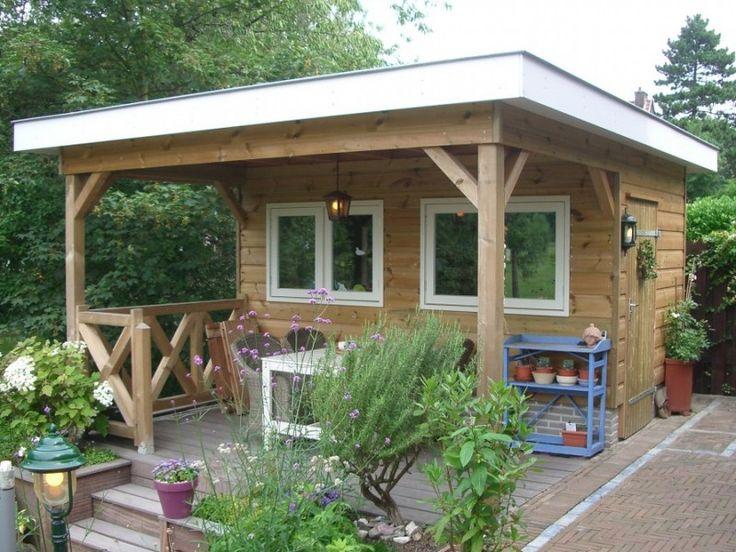 Dit houten tuinhuis bevat een veranda, om ook bij minder weer in de tuin te kunnen zitten.