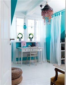 Iris har ett gammalt skrivbord framför fönstret i sitt rum. Skira draperier från Ikea. Taklampa Indiska.