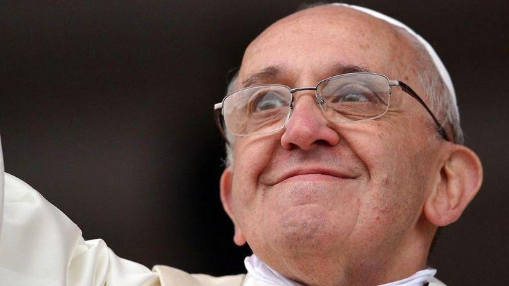 Ved julemessen i Peterskirken råder pave Frans verden til at huske simple værdier som empati og medfølelse.