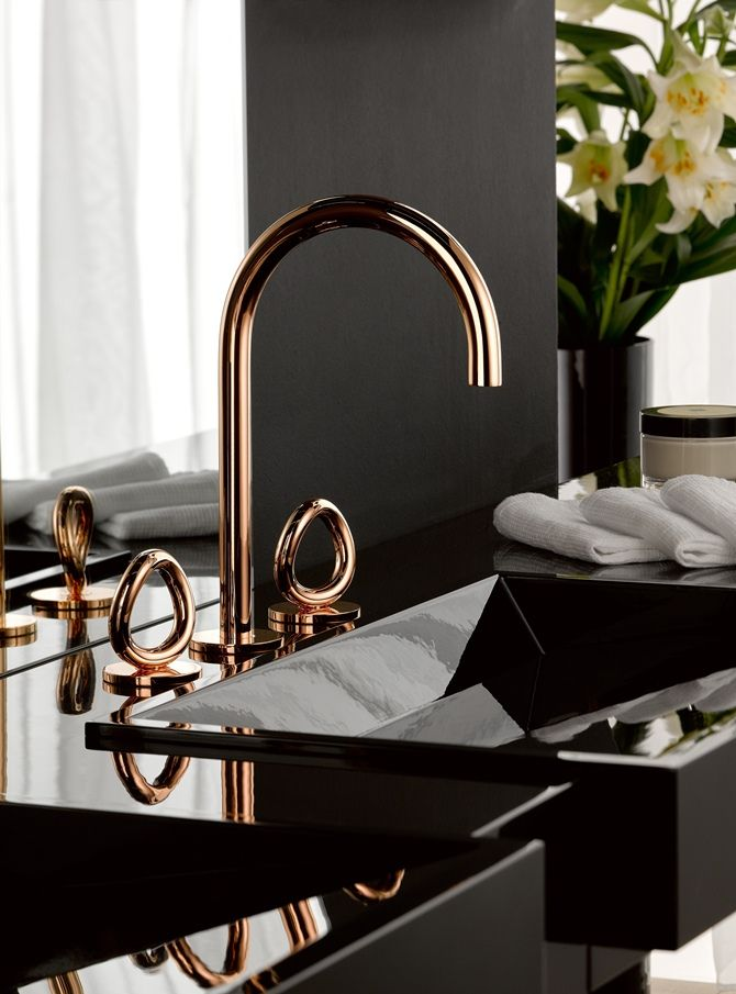 Beautiful Bathroom with details in Rose Gold.