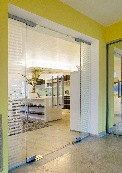 Dvoukřídlé dveře s bočními světlíky jsou perfektní pro propojení prosotoru. Nechte Vašim interiérem proudit světlo.