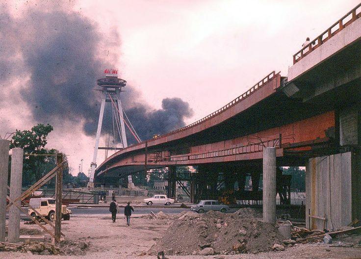 Výstavba Mostu SNP začiatok 70. rokov. V Petržalke čosi horelo..