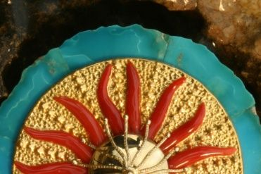 Agostino Marogna - Coralli La nostra bottega orafa propone con creatività e raffinatezza monili in cui il corallo è protagonista: abbinato a pietre e metalli preziosi, o a lavorazioni in filigrana, l'oro rosso affascina in tutte le sue forme e colori.