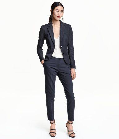 Bleu foncé. Pantalon de tailleur en tissu extensible. Modèle avec jambes effilées, plutôt courtes, et taille de hauteur classique. Poches latérales et une