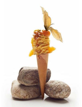 'Made in' Can Roca  Jordi, el pequeño de los hermanos fundadores de El Celler de Can Roca (3 estrellas michelin) ha reinventado el helado fusionando la sofisticación estética y los sabores auténticos. Su heladería, Rocambolesc , inspirada en Willy Wonka y su mundo imaginario, ofrece helados como el sorbete de mandarina con gajos de naranja y physalis