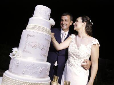 Un faro, fiori bianchi e tanto glamour: il matrimonio di Mario e Valentina