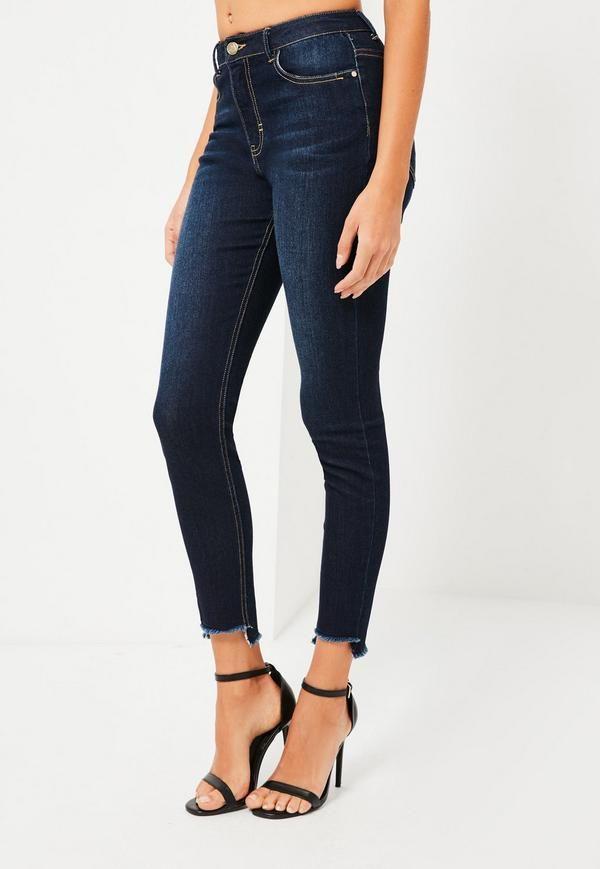 Ce jean longueur cheville avec ses ourlets défaits et sa coupe moulante taille haute est la combinaison parfaite de grunge et de classe.