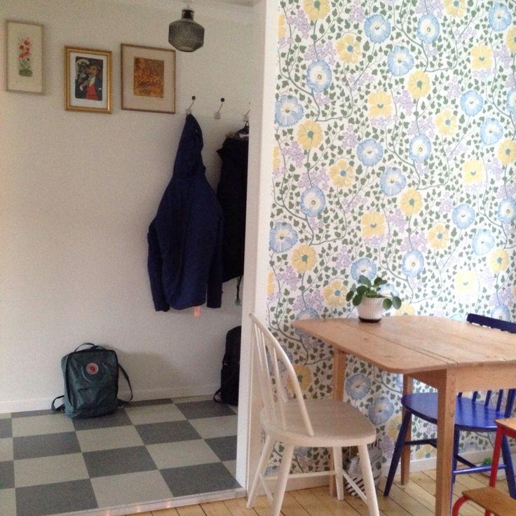 Låter bilderna tala: Stommarna och luckorna är från Ikea (veddinge grå). Beslag från tradera och byggvaruhuset. Bänskskiva, perstorp virrvarr med teakkant och rostfri diskbänk är måttbeställd från …