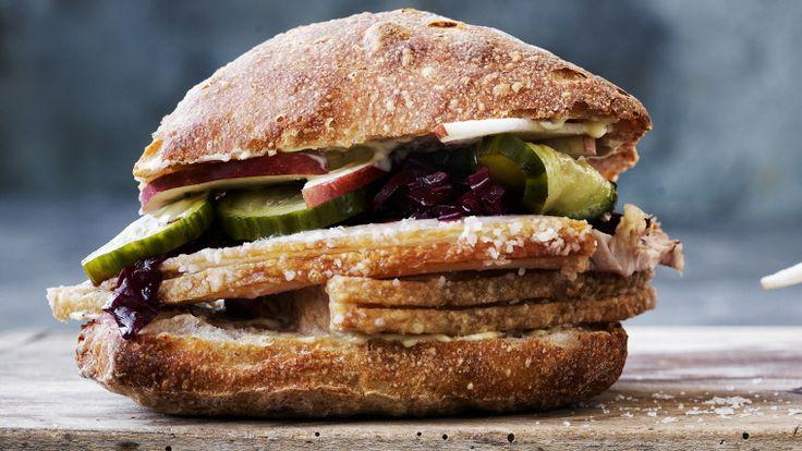 Flæskestegs-sandwich med æbler og rødkål - Meyers