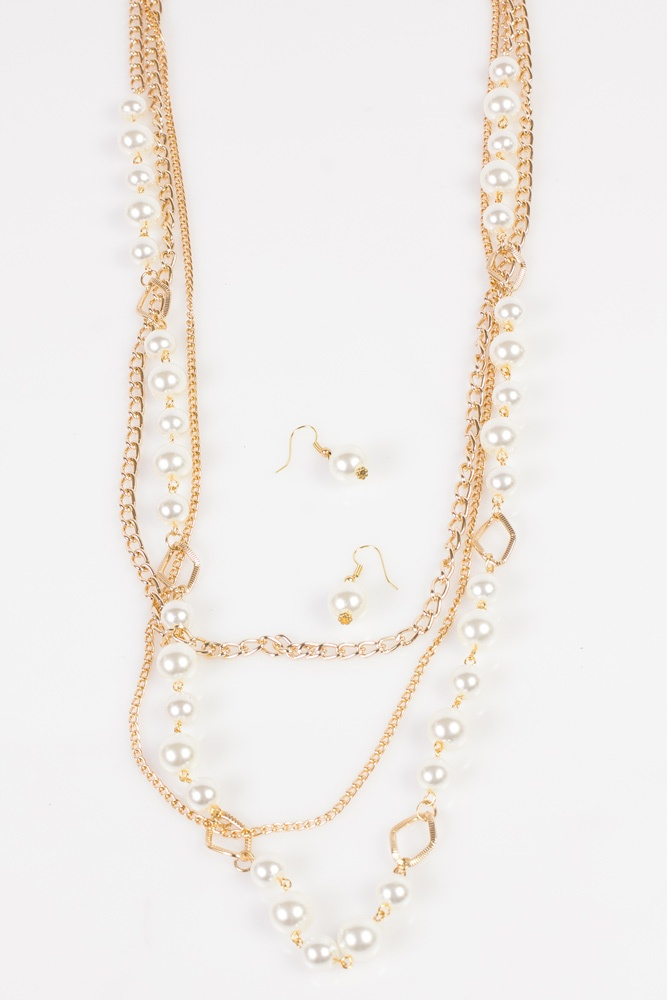 pendientes dorados con circonitas y perla Estos pendientes largos de plata tienen un cierre de tipo gancho el cual está engastado con circonitas blancas. La medida de estos pendientes es de 3,3 cm de largo y 1,5 cm de ancho.