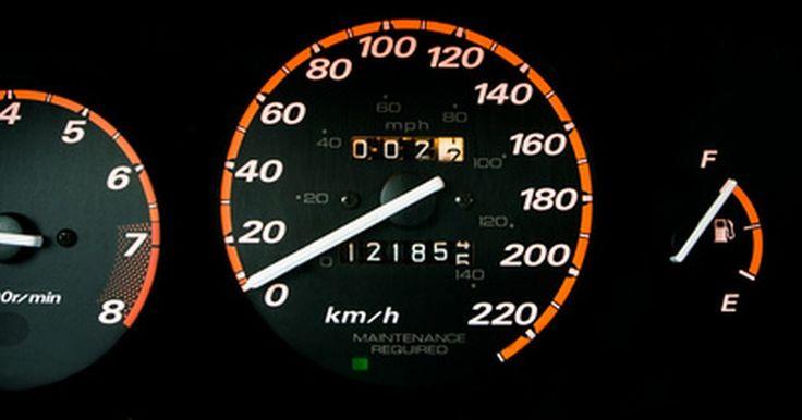Cómo reparar las luces del panel de instrumentos en un Honda CRV. Las luces del conjunto dentro del panel de instrumentos del CRV son esenciales para una conducción segura en la noche. El exceso de conducción en condiciones de oscuridad puede causar que las luces se quemen. Tendrás que quitar el panel del tablero de instrumentos para cambiar las bombillas y repararlas. Este proceso exacto puede variar ...