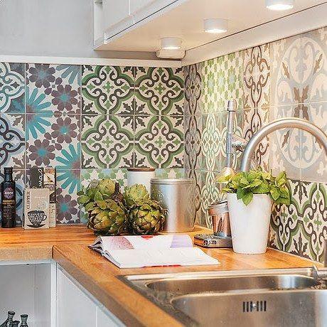 Cozinha com armário embutido em cores neutras e ladrilhos de azulejos em cores frias. Iluminação embutida (fria) para melhor visualização e harmonização no ambiente.