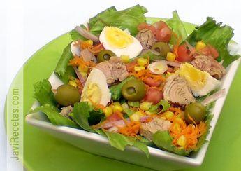 Receta de Ensalada de Atún - Lechuga, zanahoria, atún, choclo, cebolla, tomate, huevo, aceitunas