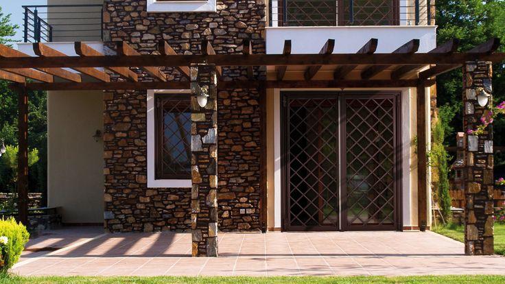 porta finestra a 2 ante , colore Ral marrone 8017.