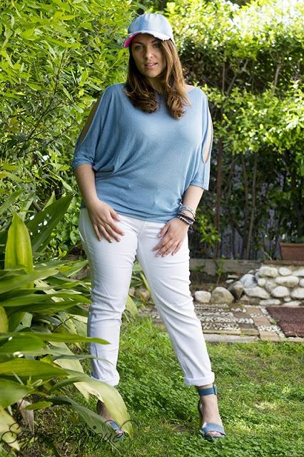 Baseball cap, dettagli sparkling e dei pantaloni bianchi