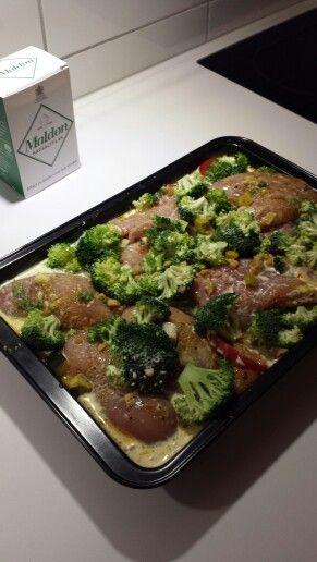 Chicken and vegetables. Oppskrift; kyllingfile'r som legges i bolle. Med 1 Chili, 2 kinesisk hvitløk, persille og presset lime og olje. Krydder: karri, paprika, salt og pepper. Stek championg, paprika, squash. Del brokkoli opp i biter og vårløk. Hell alt av grønnsaker oppi ildfast form med marinerte kylling som har ligget i en time i lake. Hell over 2 - 3 av 1/3fløte. Kyllingbuliong 2 stk drysses oppi. Inn i ovnen på 200 grader i 45min ta ut formen og legg på et beger med creamfresh som lokk…