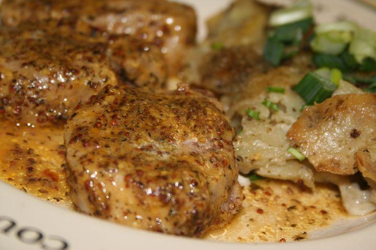 Maso nakrájíme na medailonky a lehce naklepeme pomocí kloubů ruky. Z oleje, hořčice, soli a pepře ušleháme kompaktní marinádu, v které maso ze...