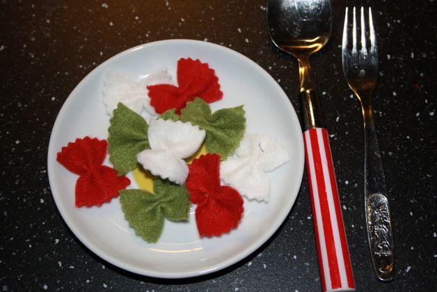 Na, hunger? Die sehen echt lecker aus.  9 Schmetterlingsnudeln aus Fleecein den Farben weiß,rot und grün ( von jeder Farbe 3 Stück).  Es wird ein kleiner Plastikbeutel (siehe Foto) zum...