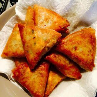 salut tout le monde, voilà ce que je lui ai préparé pour ce midi :Recette Briouates aux Crevettes À vous de tester la recette qui fera frémir vos papille. C'est est un délice ! Et en plus cette recette est très économique. Servir ces avec des feuilles de laitue.