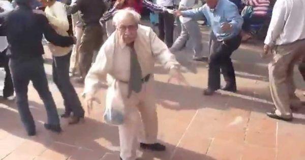 Erst an Krücken lässt das Tanzen diesen älteren Herren alles vergessen... Funny old guy dancing Das könnte Dir auch gefallen:Wie man mit Programmiersprachen die Prinzessin rettetSynchronschauspieler: Die Gesichter hinter den StimmenHeute ist Freitag der 13.Buddy Bolton... #fun #lifestyle #video