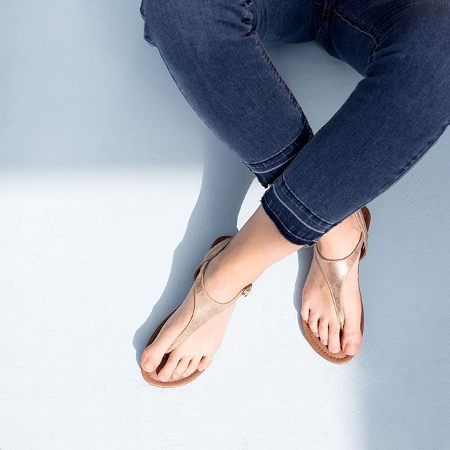 Привет, привет выходные дни Sunkissed пальцы.  #sOliver #sandals #summerlove #weekendvibes #denim