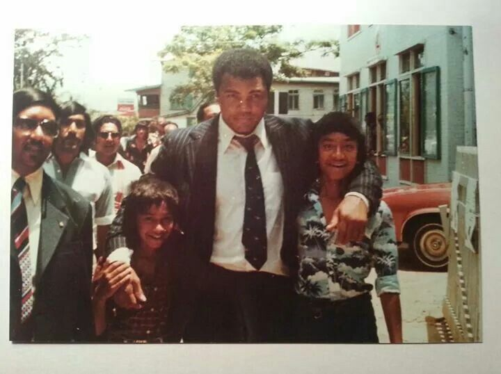 """In de jaren '70 bracht #MuhammedAli een bezoek aan #Suriname  (Foto: http://punkrockismyreligion.tumblr.com/post/125924209446/this-is-a-picture-of-american-former-professional)  This is a picture of American former professional boxer Muhammad Ali in Suriname, that I date back to the 1960s (somewhere from 1964 to 1967). The second person from the left is my nana (maternal grandpa) Ahmid-Ali Ramjan """"Poei"""" Sahebali, and the... This is a picture of American former professional boxer Muhammad Ali…"""