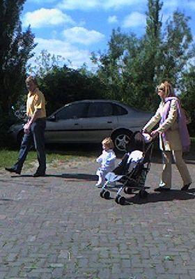 Willem-Alexander, Maxima en Amalia gaan naar een kinderboerderij. Destijds nog geen stricte mediacode. Maxima is zwanger van Alexia.