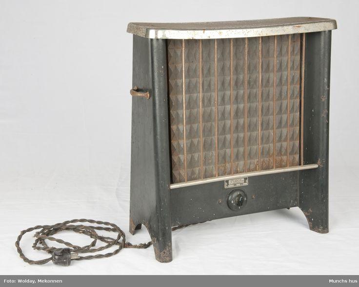 Elektrisk varmovn i stål. Merke Pyrox.   Ovnen er meget tung, sortlakkkert med forniklet topp. Toppen er lett angrepet av rust. Den yter 900 watt - 225 Volt. Utstyrt med tretrinns bryter.   Fronten er utstyrt med et beskyttelsesregister som består av ni tynne stenger. Et bærehåndtak på hver side.