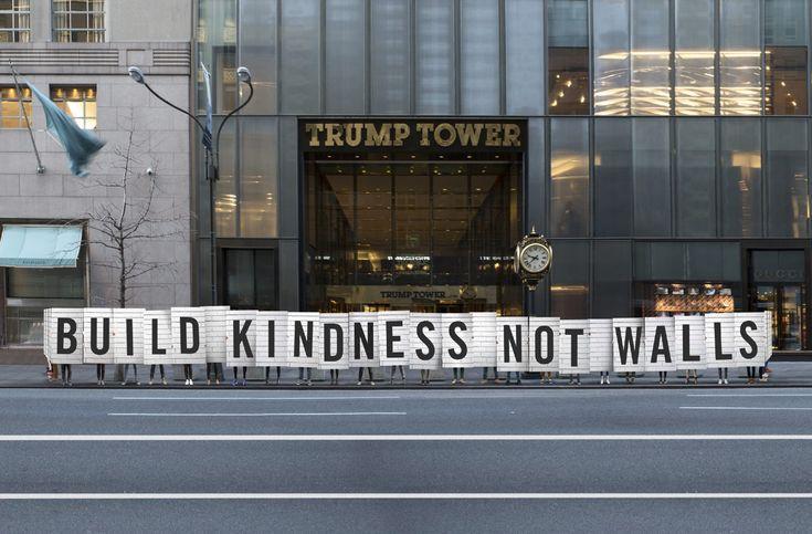 Mit 100 Unterstützern haben Jessica Walsh und Timothy Goodman vor dem Trump Building in New York einen »Wall of Kindness« errichtet. Während die United States gerade ihren Verstand zu verlieren scheinen und Donald Trump erneut mehrere Bundesstaaten für sich gewinnen konnte, haben die Designer Jessica Walsh von Sagmeister & Walsh und ihr Kumpel Timothy Goodman...