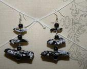 boucles d'oreilles fleurs yoyo tissus fleuris gris, blanc, noir : Boucles d'oreille par les-accessoires-de-capucine