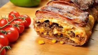 Denna bacon och tortillalasagne är något man inte sett tidigare! Du behöver det här: – 400 g köttfärs – 1 pack tacokryddor – 1 liten lök, hackad – Ca 30 skivor bacon – 5-6 Stora tortillor – Majs, gräddfil, tacos och riven ost Så här gör du: 1. Täck en brödform med bacon. 2. Skär …