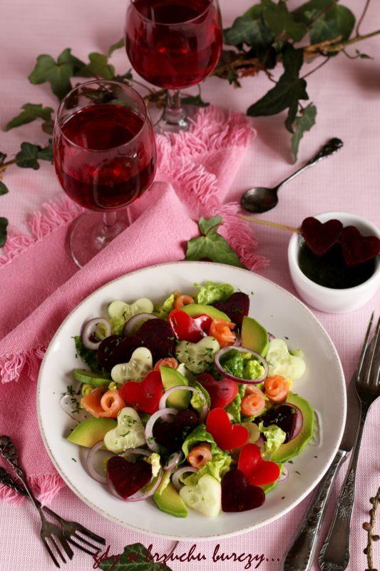 Walentynkowa sałatka z łososiem i awokado