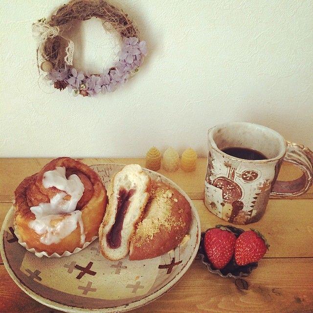 Instagram media by mieee815 - 2014. 5. 16  今日のお昼ごはん♡*+° 美味しいパン屋さんがあるよー! と教えてもらって、行って来ました〜☆彡  たくさんの種類の美味しいそうなパンがズラリと並んでて、思わず写真を撮っていいですかー?と聞いたらNGでした…Σ( ꒪□꒪)‼ いろんなパンを買って食べましたがどれも美味しくて〜感激〜(◞ꈍ∇ꈍ)◞❤ また是非〜行こう‼︎ お昼には シナモンロールパン&きな粉揚げあんパン🍞をいただきまーすヽ(^◇^*)/ #bread#パン#lunch#ランチ#お気に入り #おうちカフェ#うつわ #seramics #陶器 #陶芸#器 #ウエダキヨアキ #pottery #instapic #instacute #instagood #instaphoto #foodstagram#foodporm#foodpics#onthetable #暮らし