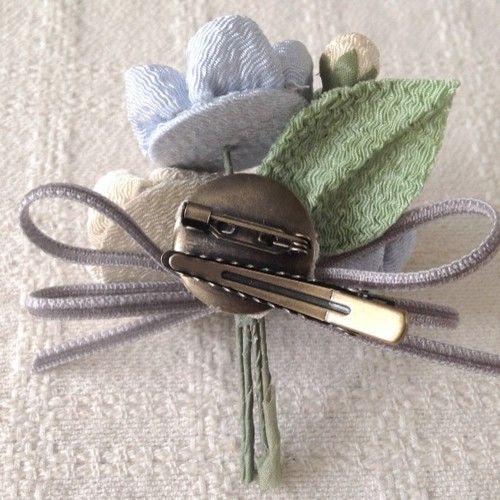 〈つまみ細工〉梅三輪とベルベットリボンの髪飾り(水色)