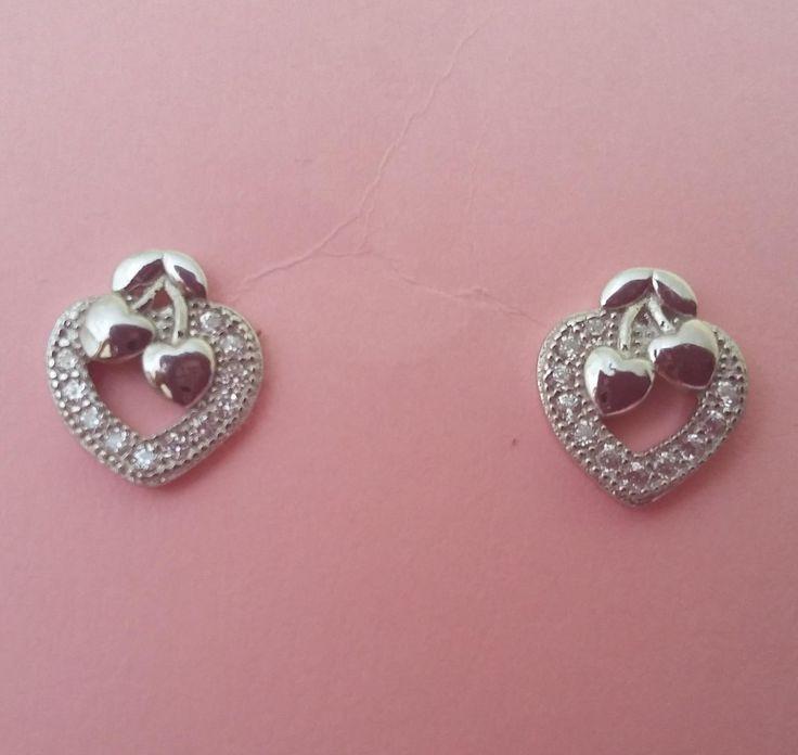 Pendientes de plata con forma de corazón, coronado con delicado micro pavé y dibujo de cerecitas. Tamaño 0,9 x 0,7 cm. Perfectos para niña. 11,90€