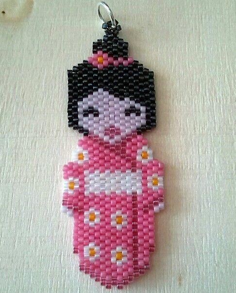 Kokeshi en doble rosa. Pink kokeshi